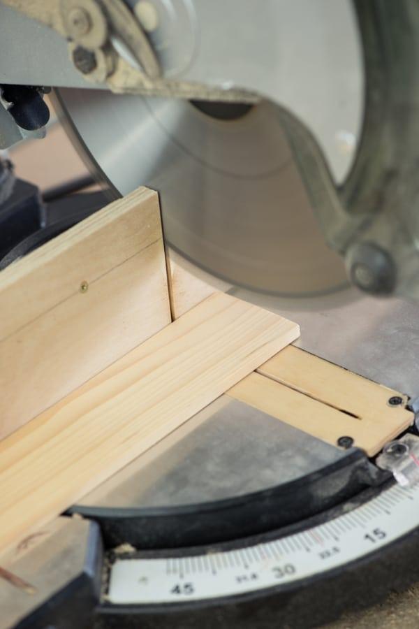 Cross cut circular saw for woodwork