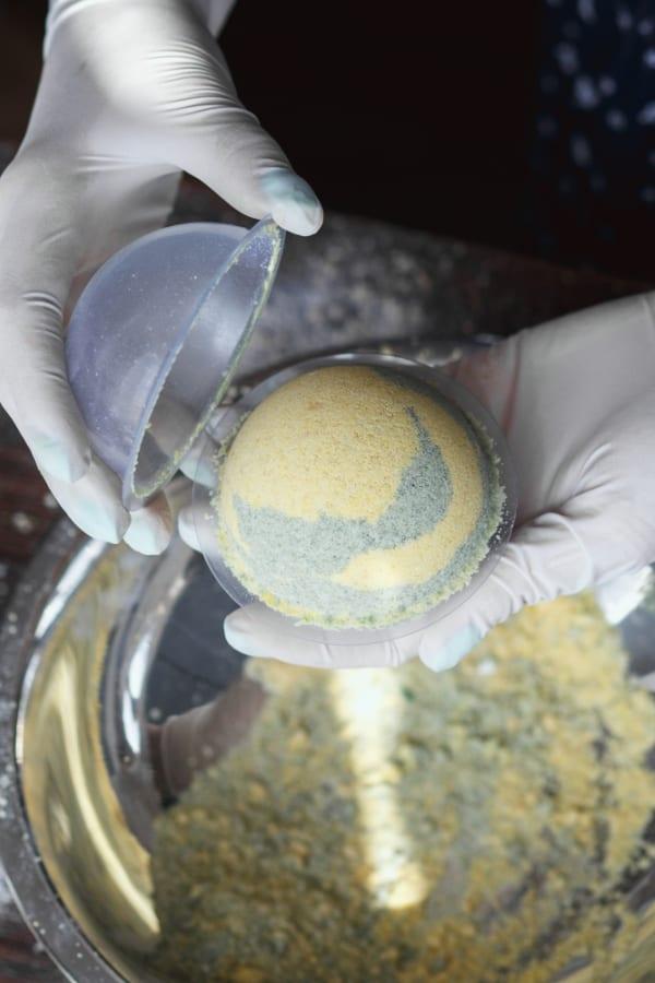 making bath bomb using mold